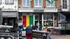 Het ene café laat de versiering hangen voor de verplaatste optocht in Sittard, het andere twijfelt nog