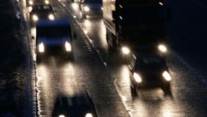 Boom en sneeuw zorgen voor verkeershinder op A76
