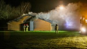 Acculader veroorzaakt grote brand in caravanstalling Someren
