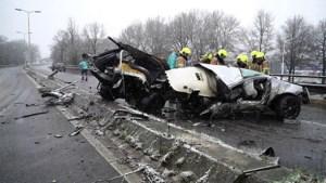Auto breekt doormidden bij ernstig ongeluk: bestuurder raakt zwaargewond