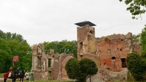Rondleiding met gids in kasteelruïne Bleijenbeek