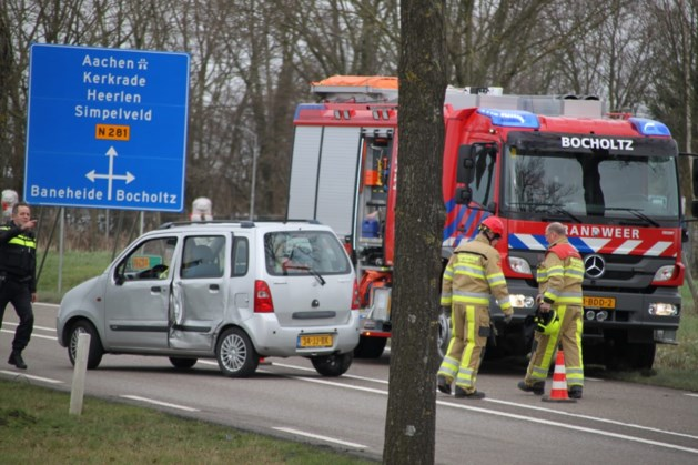 Botsing tussen twee auto's: persoon gewond
