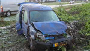 Auto slaat over de kop door gladheid