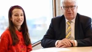 Twaalfjarige Nina interviewt scheidend burgemeester Cox