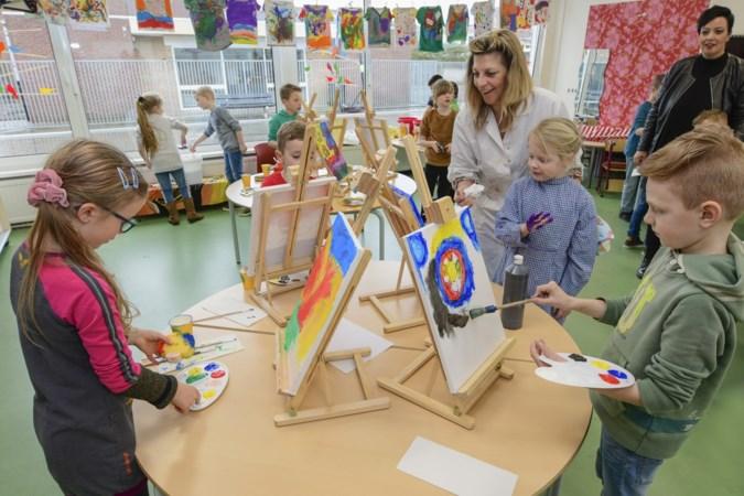 Jonge schilders aan de slag met blote handen