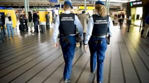 Mannen met geladen pistool opgepakt op Schiphol