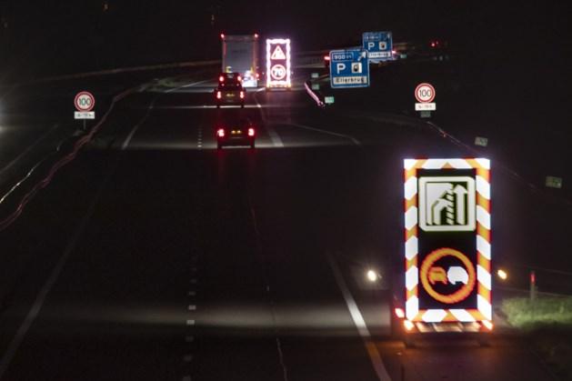 Eerste 100 km-borden langs Limburgse snelwegen 'onthuld'