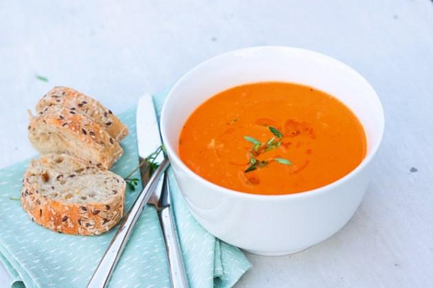 Maak in een handomdraai deze verse tomatensoep met tijm