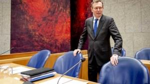 Video: Minister Bruins raakt onwel en verlaat coronadebat: 'Flauwte door oververmoeidheid'