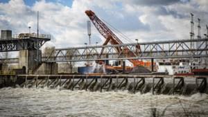 Fietsbrug stuw Linne weer open na aanleg dam