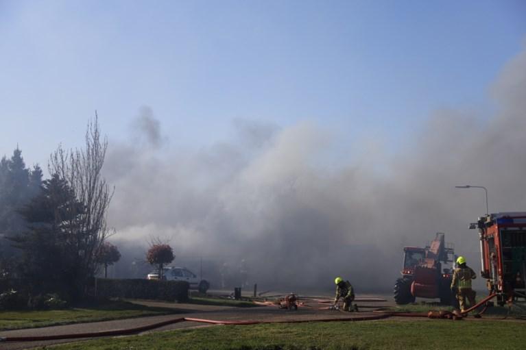 Video: Asbest vrijgekomen bij grote brand in schuur in Leunen; drie personen ademden rook in