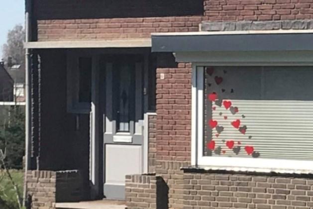 Inwoners Berg aan de Maas plakken hartjes op de ramen voor coronapatiënten