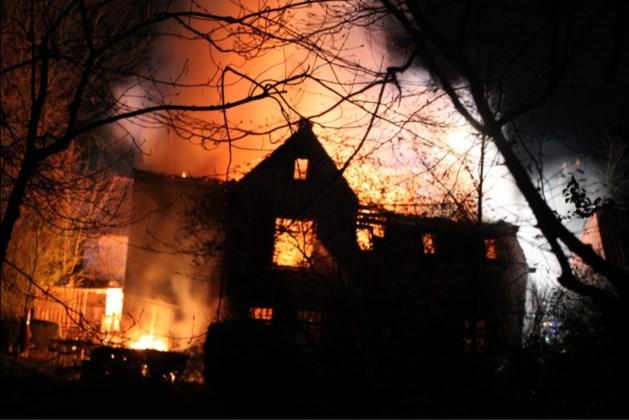 Uitslaande brand legt woning volledig in de as