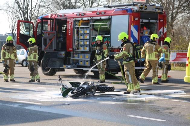 Brommer vliegt in brand na botsing met auto in Nederweert