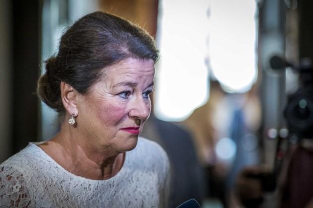 Burgemeester Annemarie Penn-te Strake leest 'digitaal' voor