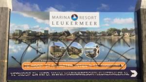 Borden vakantiepark Leukermeer beklad met hakenkruisen
