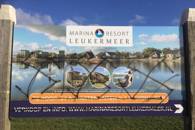 Borden vakantiepark Leukermeer Well beklad met hakenkruisen