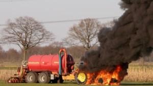 Tractor in lichterlaaie op weiland: flinke knallen