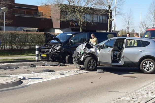Slachtoffer met traumahelikopter afgevoerd na frontale botsing auto's