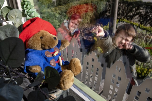 Kinderen op jacht naar beren in Posterholt tijdens de coronacrisis