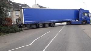 Vrachtwagens halen halsbrekende toeren uit bij geblokkeerde grensovergang in Maastricht