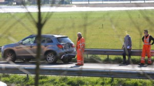 Aanhanger schiet los bij aanrijding op A2, bestuurder gewond