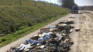 Grote hoeveelheid afval gedumpt langs Kanaalweg tussen Elsloo en Geulle
