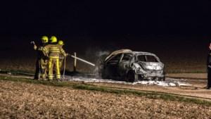Geparkeerde auto in buitengebied Sittard gaat volledig in vlammen op