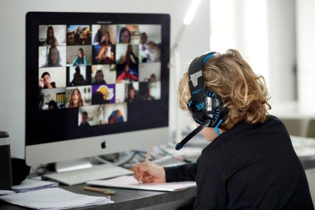 Kinderen zien op online les hoe docente mishandeld wordt