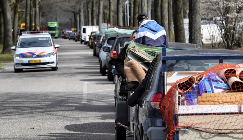 Enorm druk bij milieuparken: drie uur wachten om een kofferbakje met afval af te leveren