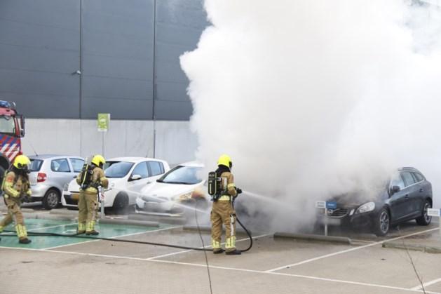 Drie auto's flink beschadigd door brand