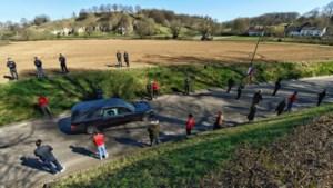 Video: Bemelen vormt erehaag voor uitvaart dorpsfiguur