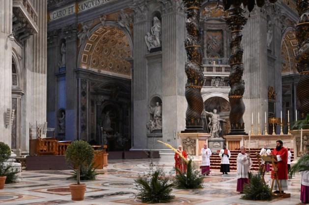 Paus draagt Palmpasenmis op in lege Sint-Pieter
