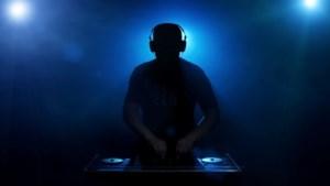 Groot feest met dj en lichtshow stopgezet in Breda, tientallen aanwezigen dansen dicht op elkaar