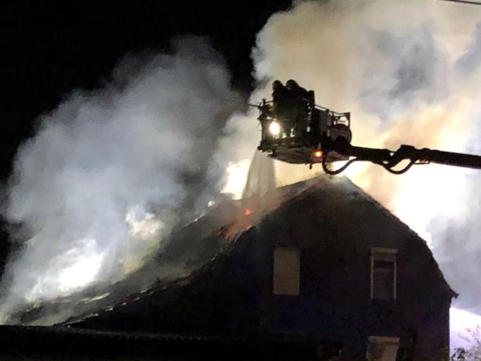 Uitslaande brand verwoest hondenpension Montfort