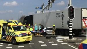 Auto klem onder vrachtwagen, traumaheli opgeroepen