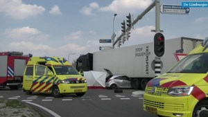 Auto klem onder vrachtwagen, automobilist komt om