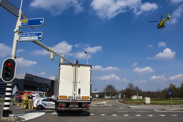 Bestuurder auto komt om na botsing met vrachtwagen
