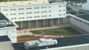 Gevangenis Sittard zet deel van luchtplaats af om gooien van smokkelwaar over de muur tegen te gaan