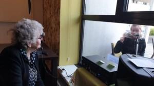 Net als in de film: door glas heen praten met oma via een microfoon