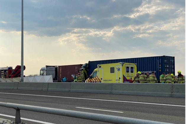Persoon overleden bij ernstig ongeluk met drie vrachtwagens op A76