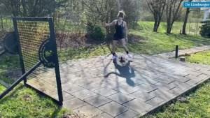 Voetbalster Dominique Bloodworth-Janssen amuseert zich in Wolfsburg vooral met trappen tegen een bord
