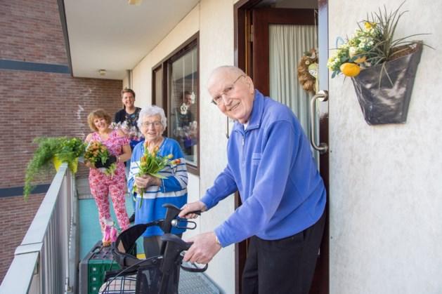 Bloemenhart verrast ouderen in Parkstad met cupcakes en tulpen.