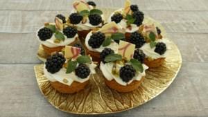 Lekker zomers recept: gebakjes met limoncello en bramen