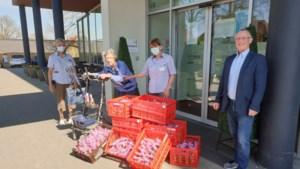 Senioren Belang Beek bezorgt 300 paashazen bij Huize Franciscus