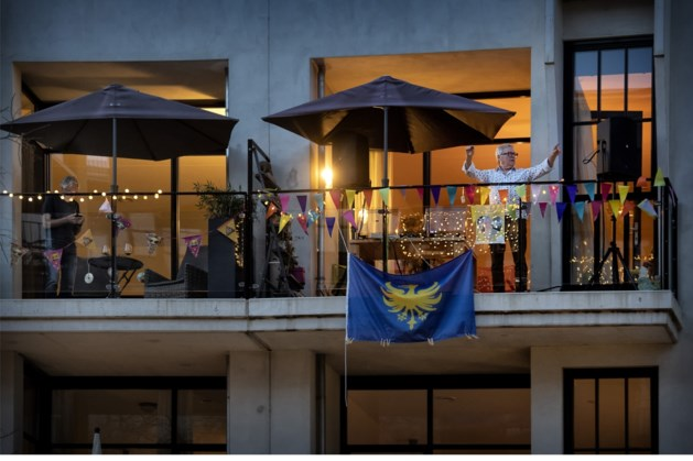 Maanplein in Heerlen houdt balkonfeest: op afstand en toch samen