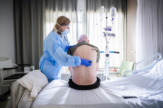 TERUGLEZEN | Rutte brandt kaarsje voor 'feest van hoop', besmettingen in 900 van 2500 verpleeghuizen