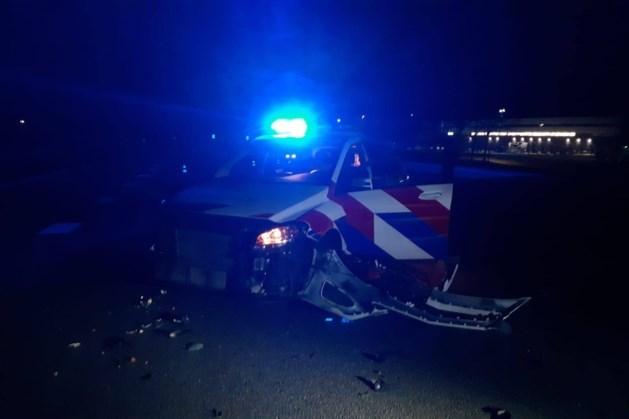 Dronken automobilist botst hard op stilstaande politieauto en rijdt door
