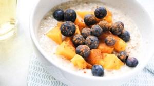 Een bakje geluk in de ochtend: havermoutpap met mango en bessen