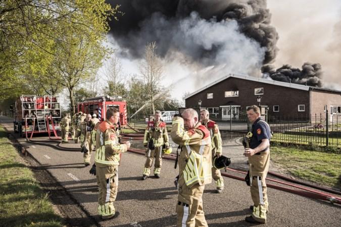 Grote brand in Heythuysen verwoest kippenstallen: 'Je moet straks weer helemaal opnieuw beginnen'